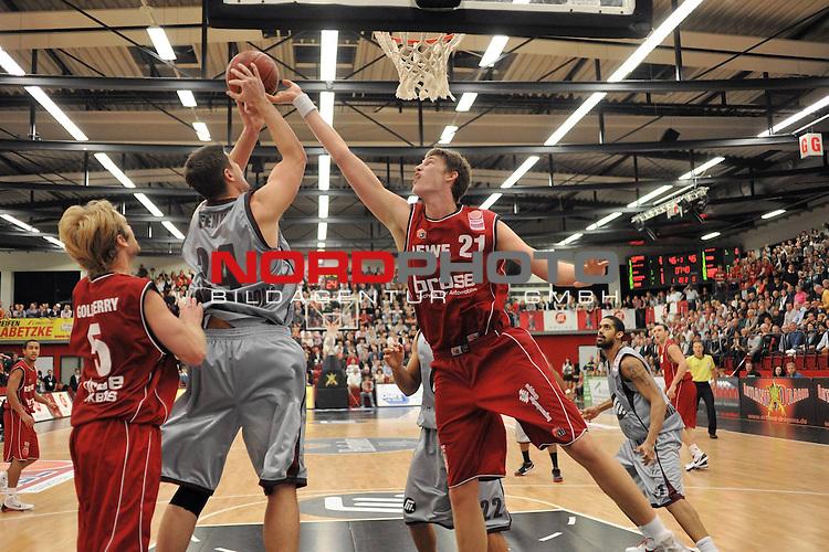 BBL 2009/2010 - BBL, 6. Spieltag - 25.10.2009  Artland Arena - Beko Basketball Bundesliga -<br /> <br /> Artand Dragons  vs Brose Baskets Bamberg<br /> <br /> #24Darren Fenn (Artland Dragons) #21 Tibor Plei&szlig; ( Brose Basket ) #5 John Goldsberry ( Brose Basket )<br /> <br /> Aufgenommen mit der Hintorremote Kamera<br /> <br /> Foto &copy; nph ( nordphoto ) *** Local Caption *** Fotos sind ohne vorherigen schriftliche Zustimmung ausschliesslich f&uuml;r redaktionelle Publikationszwecke zu verwenden. Auf Anfrage in hoeherer Qualitaet/Aufloesung