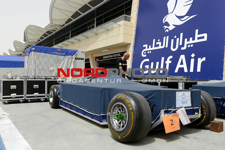 20.-22.APRIL 2012, International Circuit, Sakhir, BRN, FIA, Formel 1, Grand Prix von Bahrain, Trainingstag, im Bild im Bild  DHL Logistic Work - Track, Pit Lane<br />  Foto &copy; nph / Mathis
