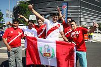 NEW JERSEY - UNITED STATES, 17-06-2016: Hinchas de Peru animan a su equipo previo al partido por los cuartos de final entre Colombia (COL) y Peru (PER)  por la Copa América Centenario USA 2016 jugado en el estadio MetLife en Nueva Jersey, USA. /  Fans of Peru cheer their team prior the match for the quarter of finals between Colombia (COL) and Peru (PER) for the Copa América Centenario USA 2016 played at MetLife stadium in New Jersey, USA. Photo: VizzorImage/ Luis Alvarez /Cont.