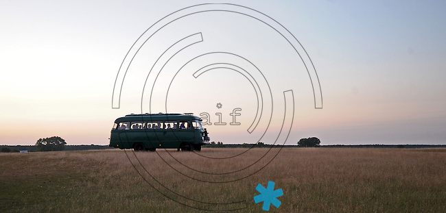 Wildfreigehege Audenhain - Wildbauer Kuno Pötzsch (Pötsch) aus Audenhain bietet jetzt mit seinem umgebauten Robur Bus Wild-Wurst-Safaris über seine riesige Ranch an.   Foto: Norman Rembarz