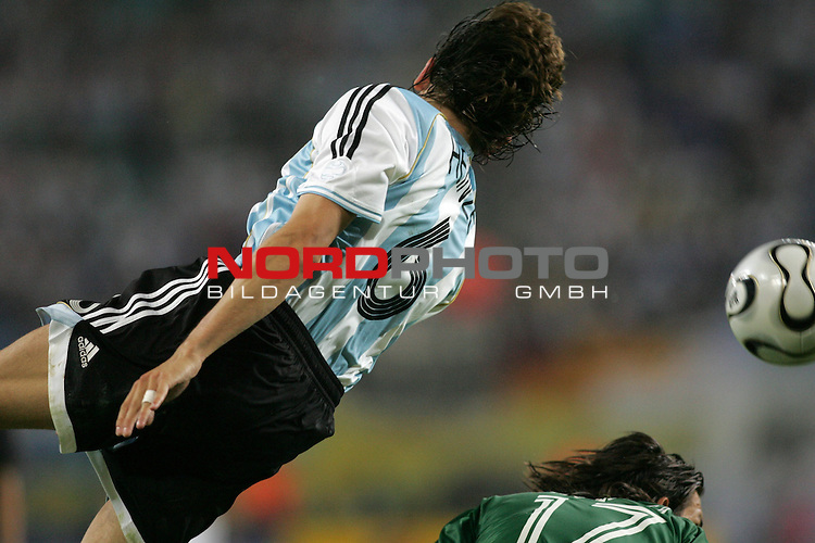 FIFA WM 2006 - Round Of Sixteen / Achtelfinale<br /> Play #50 (24-Jun) - Argentina vs Mexico.<br /> Gabriel Heinze from Argentina with ball during the match of the World Cup in Leipzig.<br /> Foto &copy; nordphoto