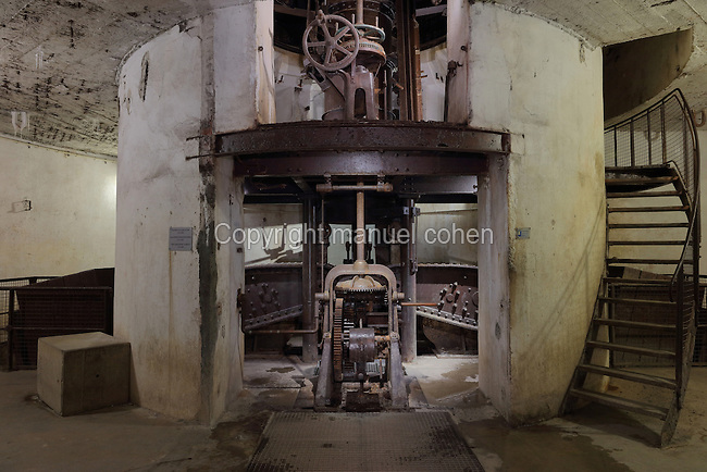 Mechanism of the 155mm gun in Turret 155, an adjustable gun turret with 360 degree sightings, built 1907-09, in the Fort de Douaumont, built 1885-1913, the largest of the 19 defensive forts around Verdun, Meuse, Lorraine, France. In 1916, during the Battle of Verdun in World War One, the German army occupied the fort, which was only recaptured after 9 months of intense fighting and the loss of tens of thousands of men, ending in the First Offensive Battle of Verdun on 24 October 1916. Picture by Manuel Cohen