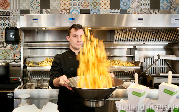 Nederland  Groningen 2016. Moderne frietzaak in Groningen ; de Frietwinkel met biologische frietjes. Foto Berlinda van Dam / Hollandse Hoogte