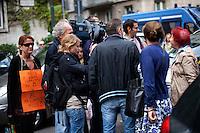 Milano: una signora espone un cartello contro Berlusconi davanti il tribunale di Milano durante l'udienza per il processo Mills