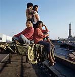 1991 Genova famiglia peruviana, fotografata al porto.<br /> In occasione del  censimento &egrave; emersa una nuova Italia composta da varie etnie.<br /> Peruvian family  at the port of Genoa<br /> On  occasion of the census  has emerged a new Italy