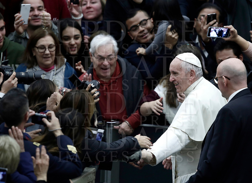 Papa Francesco saluta i fedeli al termine dell'Udienza Generale del mercoledi' in aula Paolo VI in Vaticano, 20 dicembre 2017.<br /> Pope Francis waves faithful as he leaves at the end of his weekly general audience in Paul VI Hall at the Vatican, on December 20, 2017.<br /> UPDATE IMAGES PRESS/Isabella Bonotto<br /> <br /> STRICTLY ONLY FOR EDITORIAL USE