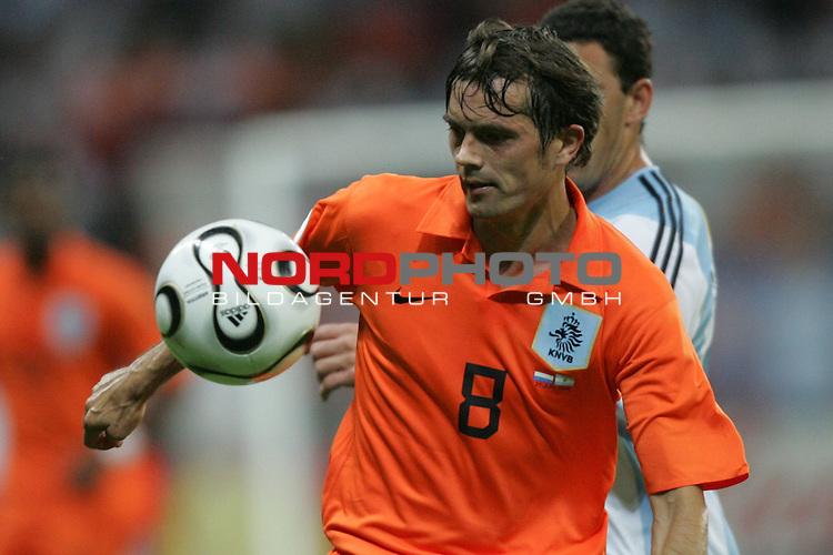 FIFA WM 2006 -  Gruppe C Vorrunde ( Group C )<br /> Play     #37 (21-Jun) - Niederland ( Holland ) - Argentinien 0:0<br /> <br /> Phillip Cocu von Niederlande in Einzel Aktion.<br /> Phillip Cocu fixiert den Ball mit den Augen.<br /> <br /> Foto &copy; nordphoto