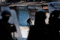 475.9.Årets reportasje utland.I KONFLIKTENS HJERTE /  THE HEART OF THE CONFLICT..Paramilitære politistyrker og steinkastene ungdommer braker sammen etter fredagsbønnen i Jamia Masjid moskeed i Srinagar, Indisk kontrollert Kashmir...Paramilitary police and  stone throwing youth clash following Friday prayer at the Jamia Masjid mosque.  Srinagar, Kashmir, India...DIGITALT.31102008.SRINAGAR,INDIA
