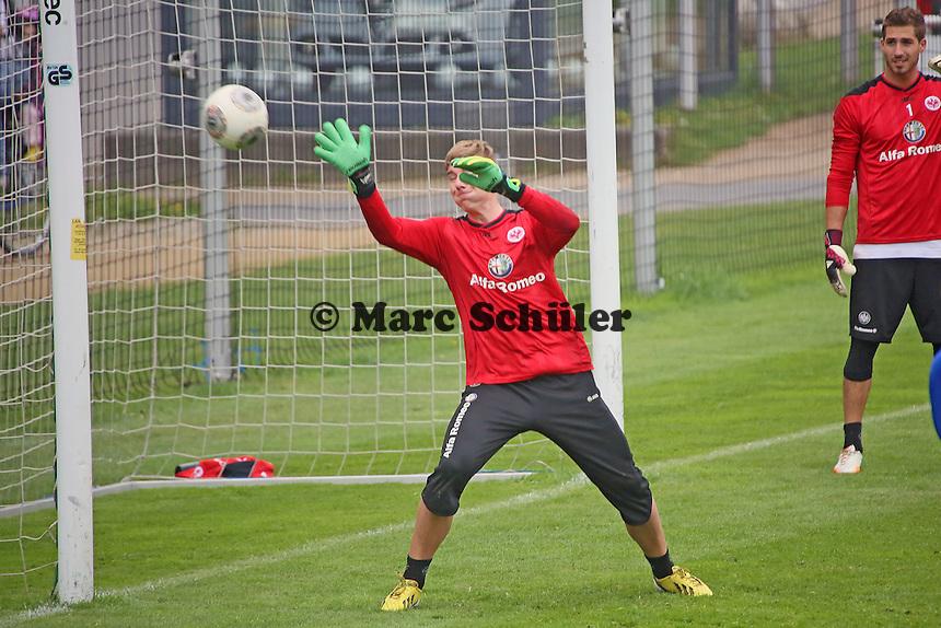 U23 Torwart Philipp Wolf trainiert für den verletzten Aykut Özer mit - Eintracht Frankfurt vs. Training, Commerzbank Arena