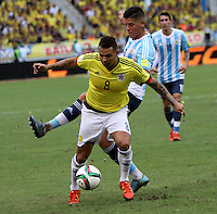 BARRANQUILLA  -COLOMBIA , 17 ,NOVIEMBRE-2015. Edwin Cardona jugador de Colombia   disputa el balon con Marcos Rojo de Argentina    por la fecha 4 de las eliminatorias para el mundial de Rusia 2018 jugado en el estadio Metropolita Roberto Meléndez./ Edwin Cardona of Colombia fights for the ball with Marcos Rojo of Argentina  during   a match between Colombia and Argentina as part of FIFA 2018 World Cup Qualifier fourt date at Metropolitano Roberto Melendez Stadium on November 17, 2015 in Barranquilla, Colombia. Photo: VizzorImage / Felipe Caicedo / Staff