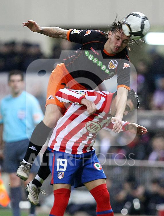 Valencia's Alexis Ruano (t) and Atletico de Madrid's Jose Antonio Reyes during La Liga match.(ALTERPHOTOS/Acero)