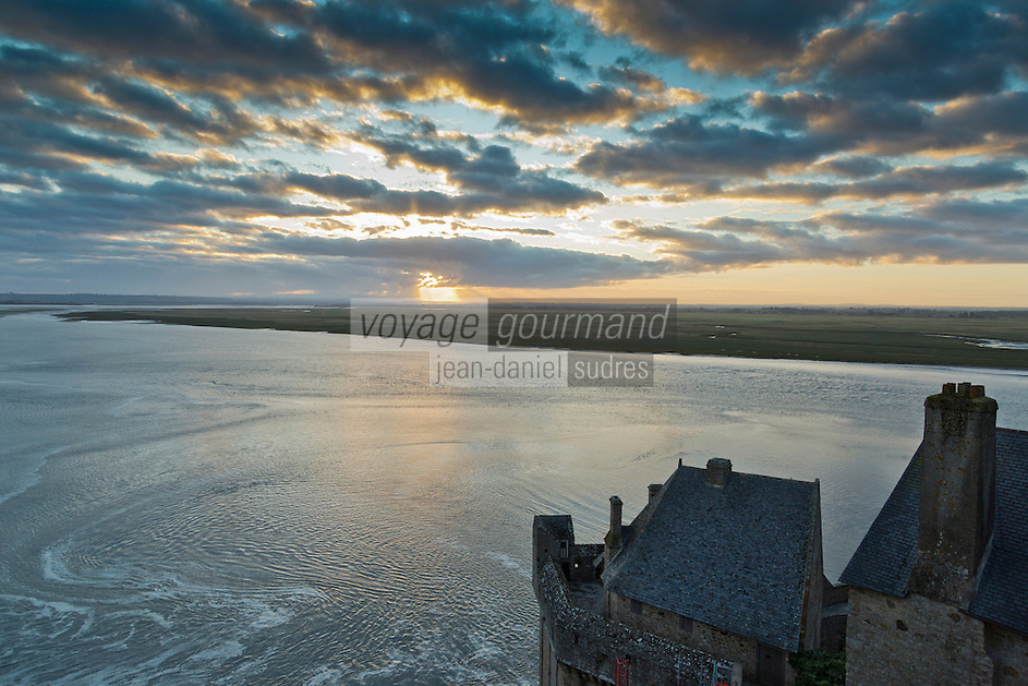 Europe/France/Normandie/Basse-Normandie/50/Manche: Baie du Mont Saint-Michel, classée Patrimoine Mondial de l'UNESCO, Le Mont Saint-Michel: Depuis l' Abbaye vue sur la baie du Mont Saint-Michel, et le mascaret  // Europe/France/Normandie/Basse-Normandie/50/Manche: Bay of Mont Saint Michel, listed as World Heritage by UNESCO,  The Mont Saint-Michel :   Since the Abbey, the bay of Mont Saint-Michel, and tidal bore