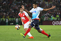 BOGOTÁ -COLOMBIA, 08-11-2018:Facundo Guichon  (Izq.) jugador de Independiente Santa Fe  de Colombia disputa el balón con Gabriel Fuentes (Der.) jugador  del Atlético Junior  de Colombia durante primer  partido por la semifinal   de La Copa Conmebol Sudamericana 2018,jugado en el estadio Nemesio Camacho El Campín de la ciudad de Bogotá./ Facundo Guichon (L) Player of Independiente Santa Fe of Colombia disputes the ball with Gabriel Fuentes (R) Player of Atletico Junior of Colombia during the first match for the semifinal of Conmebol Sudamericana Cup 2018, played at the Nemesio Camacho stadium in Bogotá city.Photo: VizzorImage/ Felipe Caicedo / Staff