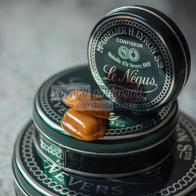 France, Nièvre (58), Nevers, Négus de Nevers Confiserie  Grelier et Lyron, et succ,  Le Négus est un caramel mou au chocolat enrobé dans un sucre cuit // France, Nievre, Nevers, Candy:  Négus de Nevers , Le Négus, soft caramels cloaked in crispy caramel,