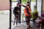 Fußball: nph00403:  - 2. Bundesliga - 27. Spieltag VfL Osnabrück - Hannover 96 am 23.05.2020 im Stadion an der Bremer Brücke in Osnabrück <br /> <br /> Einlasskontrolle beim VfL Osnabrück: Ein Mitarbeiter vom DRK misst Fieber bei einem Funktionär von Hannover 96.<br /> <br /> Foto: Michael Titgemeyer/VfL Osnabrück/Pool/Paetzel/nordphoto