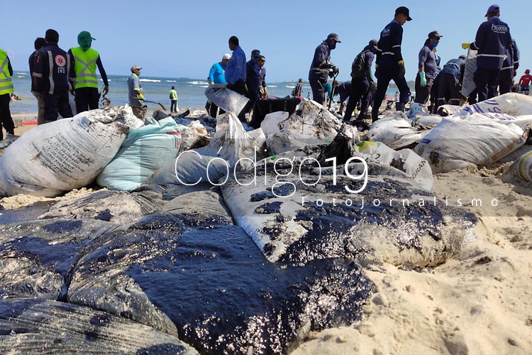 Cabo de Santo Agostinho (PE), 21/10/2019 - Poluição-Nordeste - Voluntários trabalham para retirar óleo encontrado na praia do Paiva no munícipio de Cabo de Santo Agostinho em Pernambuco nesta segunda-feira (21). (Foto: Bruno Lafaiete/Código19)