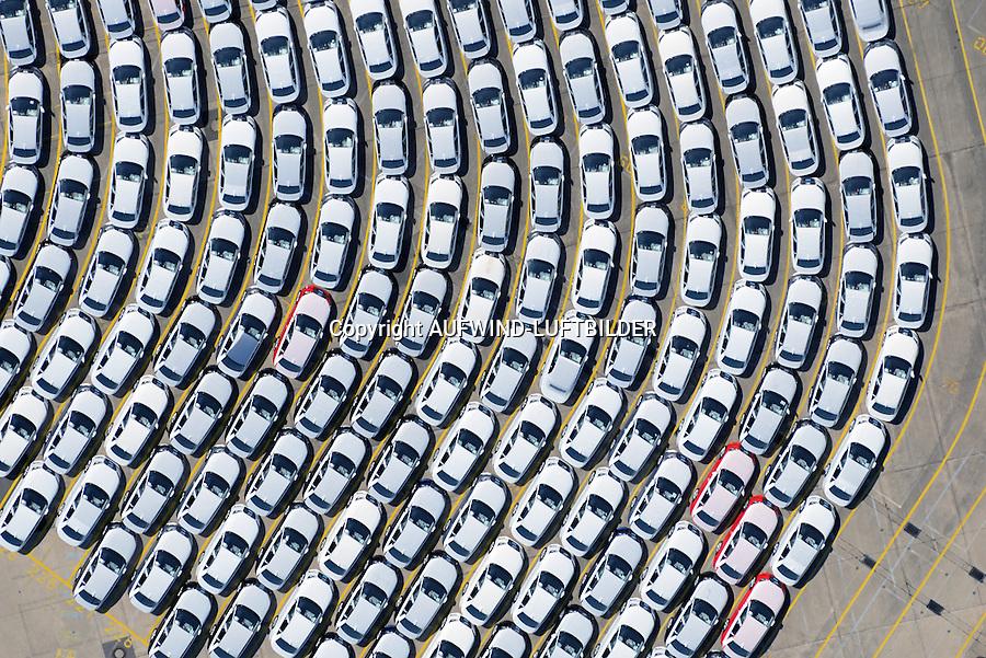 Auto Verladung Hamburg : EUROPA, DEUTSCHLAND, HAMBURG (EUROPE, GERMANY), 05.06.2015: Neuwagen der Firma Audi warten auf den Transport in alle Welt am Uni Kai im Hamburger Hafen
