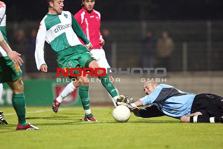 RLN 2007/2008 Hinrunde 07. Spieltag Nachholspiel 10.10.07<br /> Werder Bremen U23 gegen Kickers Emden 2:1<br />  <br /> Marc Heider (Bremen U23 #8)  gegen Keeper Marcus Rickert (Emden #30) erzielt den Siegtreffer zum 2:1 <br /> <br /> Foto: &copy; nph ( nordphoto )