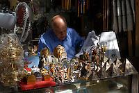 EGYPT Cairo, souvenir shop for tourists in bazaar in Khan el Khalili  / AEGYPTEN Kairo, Basar im Stadtteil Khan el Khalili , Souvenir Laden fuer Touristen