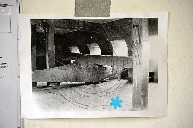Colditz Gleiter / Colditz Glider - Nobitz bei Altenburg - Nachbau des berühmten Fluchtgleiters aus dem Schloss Colditz - englische Kriegsgefangene bauten 1945 dieses Segelflugzeug zur Flucht aus der Gefangenschaft - Mitglieder des Flugmuseums Nobitz am Flughafen Altenburg bauten es innerhalb von zwei Jahren aus Holz und Bettlaken nach - es soll flugfähig sein - der Beweis steht nocgh aus - im Bild: das Fluggerät ist bald bereit für den Erstflug. Foto: Norman Rembarz..Jegliche kommerzielle Nutzung ist honorar- und mehrwertsteuerpflichtig! Persönlichkeitsrechte sind zu wahren. Es wird keine Haftung übernommen bei Verletzung von Rechten Dritter. Autoren-Nennung gem. §13 UrhGes. wird verlangt. Weitergabe an Dritte nur nach  vorheriger Absprache..