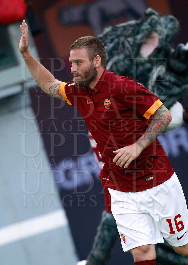 Calcio, amichevole Roma vs Fenerbahce. Roma, stadio Olimpico, 19 agosto 2014.<br /> Roma midfielder Daniele De Rossi waves to fans as he arrives for the team's presentation, prior to the friendly match between AS Roma and Fenerbahce at Rome's Olympic stadium, 19 August 2014.<br /> UPDATE IMAGES PRESS/Isabella Bonotto