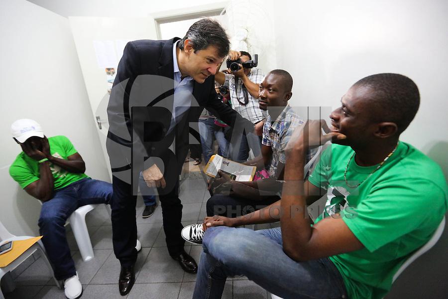 SAO PAULO, SP, 05.05.2014 - HADDAD VISITA OS HAITIANOS - O prefeito Fernando Haddad visita a Paróquia Nossa Senhora da Paz, onde estão abrigados os refugiados haitianos em São Paulo, na manhã desta segunda-feira(05). Os números disponíveis no governo apontam que mais de 21 mil haitianos ingressaram legalmente no Brasil entre 2010, quando houve o terremoto no Haiti, e 2013. A maior parte destes haitianos chegou ao Brasil pela fronteira do Acre, depois de cruzar o Equador e o Peru. No Acre, os haitianos receberam documentos e abrigo na cidade de Brasileia. Só que, depois, centenas deles seguiram para São Paulo, em busca de oportunidades. (Foto: Vanessa Carvalho / Brazil Photo Press).