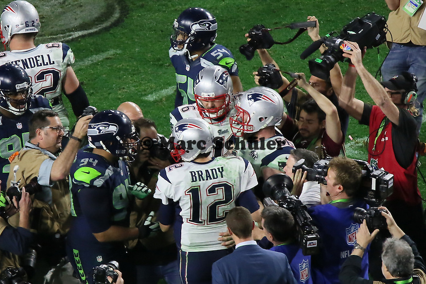 Sebastian Vollmer (76, Patriots) feiert mit QB Tom  Brady (12, Patriots) den Super Bowl Sieg - Super Bowl XLIX, Seattle Seahawks vs. New England Patriots, University of Phoenix Stadium, Phoenix