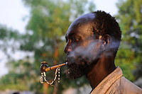 South Sudan, Rumbek, Dinka man smoking tobacco pipe / SUEDSUDAN Rumbek , Dinka Mann raucht Tabakpfeife