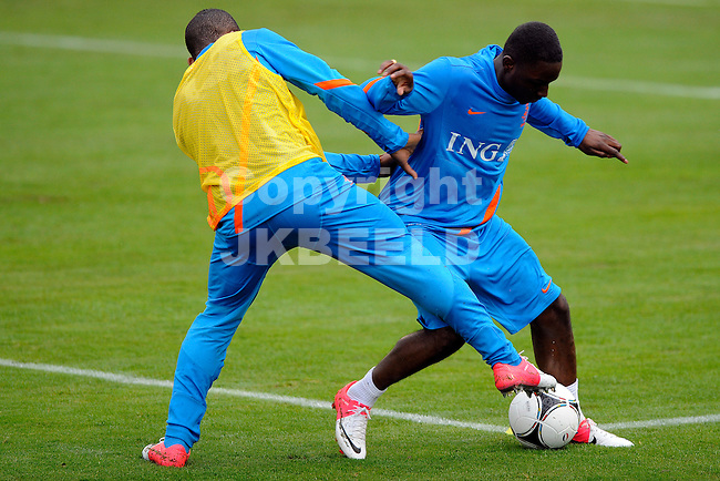 LAUSANNE - Trainingskamp Nederlands Elftal in Zwitserland in het Stade Juan-Antonio Samaranch, voorbereiding EK 2012, 21-05-2012, Jeremain Lens met Jetro Willems