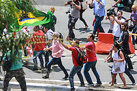 SÃO PAULO, SP, 04.03.2016 - LULA - OPERAÇÃO-LAVA JATO - Manifestação  em frente no Aeroporto de Congonhas, em São Paulo, onde acontece, na Polícia Federal, o depoimento do ex-presidente Luiz Inácio Lula da Silva, nesta sexta-feira, 04, como parte da 24ª fase da Operação Lava Jato. Lula presta depoimento ao delegado de plantão na Polícia Federal que fica no aeroporto. Uma equipe de policiais e delegados de Curitiba também acompanha o depoimento.   (Foto: Vanessa Carvalho/Brazil Photo Press/Folhapress)