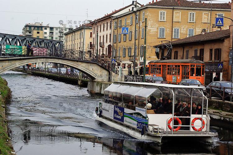 Milano, battello turistico sul naviglio grande --- Milan, tourist boat on Naviglio Grande channel