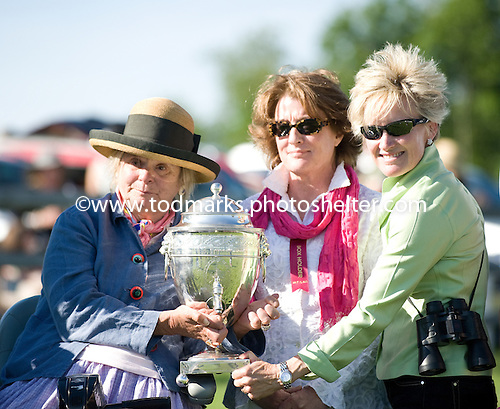 Phyllis Wyeth, left, and Kathy McKenna, right, accept the Henry Collins trophy at Radnor on behalf of Wyeth's Saluda Sam.