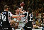 Handball Herren, 1.Bundesliga 2003/2004 Goeppingen (Germany) FrischAuf! Goeppingen - Wilhelmshavener HV (25:27) mitte Salvador Puig (FAG) am Ball gegen rechts Oliver Koehrmann (WHV) links Marco Beers (WHV)