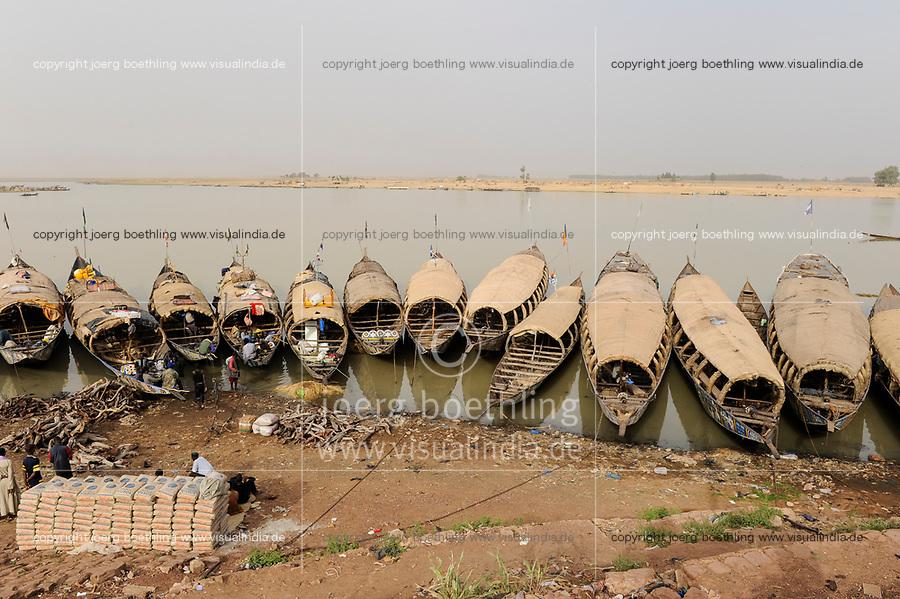 MALI, Mopti, river Niger, port with pinnace boats, market day / Mali, Mopti, Fluss Niger, Markttag und Warenhandel im Hafen mit Pinassen