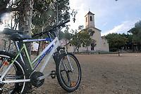 - southern France, Porquerolles island, the village square....- Francia del sud, isola di Porquerolles, la piazza del paese