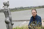 Foto: VidiPhoto<br /> <br /> ZALTBOMMEL - Portret van Adwin Bosschaart bij het waterhoogtebeeld aan de Waalkade in Zaltbommel. Bosschaart is initiatiefnemer van een lespakket over overstromingsgevaar in Nederland.