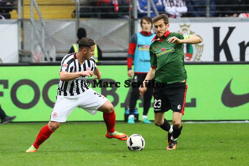 Shani Tarashaj (Eintracht Frankfurt) gegen Julian Schuster (SC Freiburg) - 05.03.2017: Eintracht Frankfurt vs. SC Freiburg, Commerzbank Arena