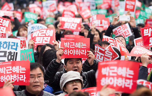 "South Korea Politics, Nov 5, 2016 : People attend a rally demanding South Korean President Park Geun-hye's resignation in Seoul, South Korea, a day after President Park said she will accept an investigation over a corruption scandal involving her confidante Choi Soon-sil. Tens of thousands of people marched in central Seoul after a rally as they demanded Park's resignation over a corruption scandal involving Choi who allegedly meddled in state affairs and pursued unlawful benefits for herself, local media reported. The Police said about 43,000 people gathered while organizers of the rally said about 150,000 people attended the rally. Signs read,""Park Geun-hye resign"". (Photo by Lee Jae-Won/AFLO) (SOUTH KOREA)"