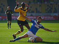 Fussball 2. Bundesliga Saison 2011/2012 13. Spieltag Dynamo Dresden - Karlsruher SC V.l.: Mickael POTE (Dynamo Dresden) gegen Giuseppe AQUARO (KSC).