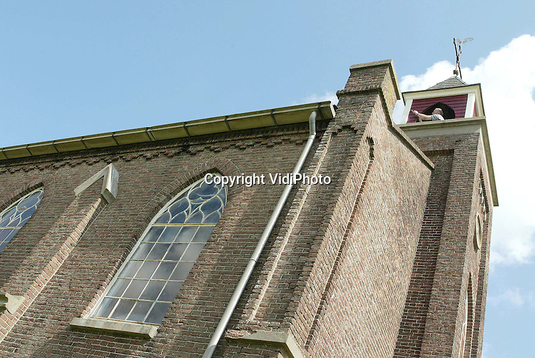 Foto: VidiPhoto..HOMOET - In het Betuwse gehucht Homoet bij Arnhem krijgt één van de kleinste kerkjes van Nederland een schilderbeurt. Het kerkje is in de eerste helft van de 19e eeuw gebouwd met toestemming van het toenmalige ministerie van Waterstaat. Het is het laatst overgebleven protestantse waterstaatskerkje in de Over-Betuwe en tevens een rijksmonument De kerk biedt plaats aan slechts 50 kerkgangers.