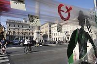 """Roma, 24 settembre 2011.Installazione inscenata davanti a Palazzo Chigi dall'artista futurista Graziano Cecchini..Un muro trasparente di domopack con due sagome di cartone, che rappresentano ragazzi italiani che recano scritto """"papi vattene"""", per 'chiedere al premier di andare a casa''. Sul 'muro trasparente' c'e' la scritta 'Non perdere tempo, dimettiti', e i passanti possono attaccare bigliettini di protesta."""