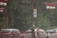 **ATENCAO EDITOR FOTO EMBARGADA PARA VEICULOS INTENARCIONAIS**SAO PAULO, SP, 02 DE FEVEREIRO DE 2013 -CLIMA TEMPO Chuva pega paulistano de surpresa no bairro da  Liberdade, zona cental da capital, nesta tarde de sabado (2). FOTO RICARDO LOU - BRAZIL PHOTO PRESS