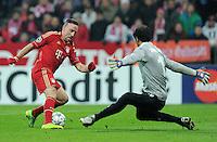 FUSSBALL   CHAMPIONS LEAGUE   SAISON 2011/2012     22.11.2011 FC Bayern Muenchen - FC Villarreal Franck Ribery (li, FC Bayern Muenchen) mit Ball gegen Torwart Diego Lopez (Villarreal CF)  auf dem Weg zum Tor zum 3-1 Endstand
