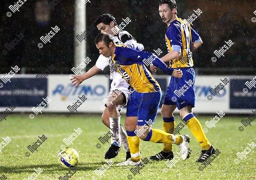 2010-01-23 / Voetbal / seizoen 2009-2010 / KFCO Wilrijk - Oosterzonen / Butera (KFCO) in duel met Hassounfi ..Foto: mpics