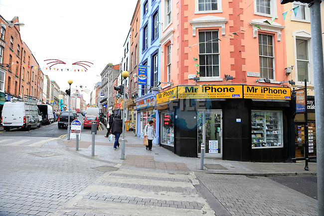 Mr iPhone Shop Street<br /> Picture: Fran Caffrey www.newsfile.ie
