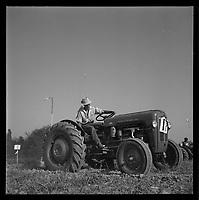 Villemur (Haute-Garonne). 18 septembre 1961. Vue d'un concours départemental de labour.