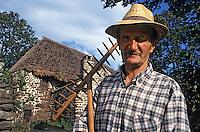 Europe/France/Auvergne/43/Haute-Loire/Moudeyres: Agriculteur devant une ferme au toit de chaume [Non destiné à un usage publicitaire - Not intended for an advertising use]<br /> PHOTO D'ARCHIVES // ARCHIVAL IMAGES<br /> FRANCE 19çà