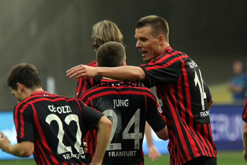 Alex Meier (Eintracht) freut sich ueber sein Tor zum 3:1 mit Sebastian Jung