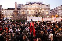 Milano: protesta degli indignados davanti alla Scala durante la sera della prima.