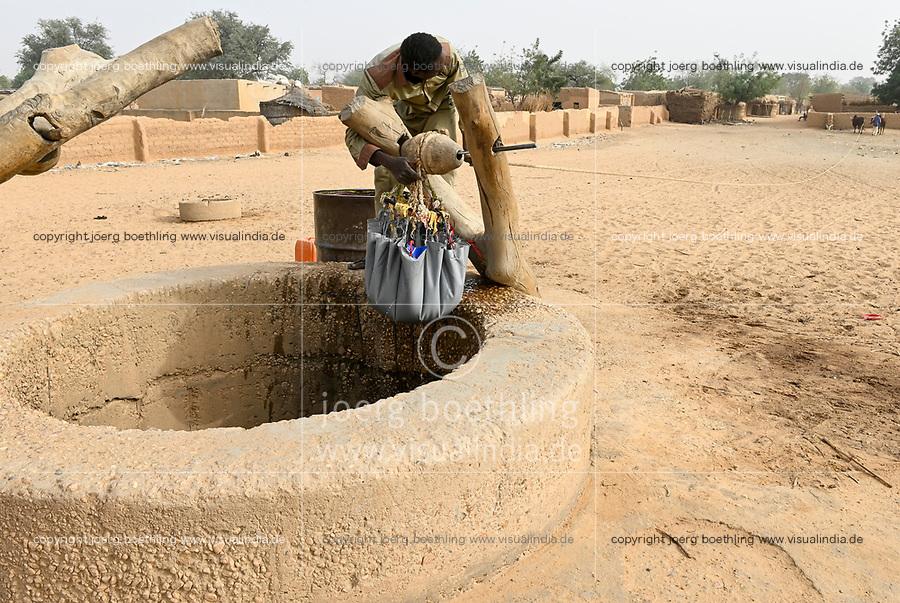 NIGER, Maradi, village Dan Bako, villager fetch water from well with pulley with power of oxes / Dorfbewohner holen mit Kraft der Ochsen Wasserüber eine Seilwinde aus einem tiefen Brunnen